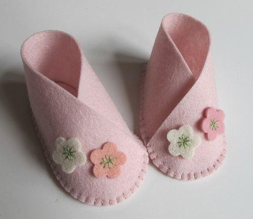 Sapatinho de bebê: Em feltro rosa