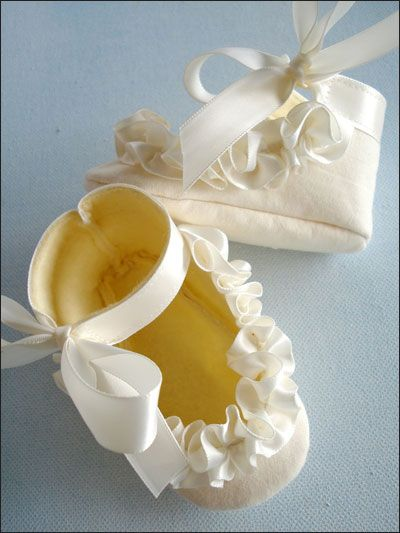 Sapatinho de bebê: Em tecido amarelo