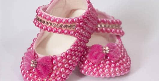 Sapatinho de bebê: Customizado com pérolas rosas