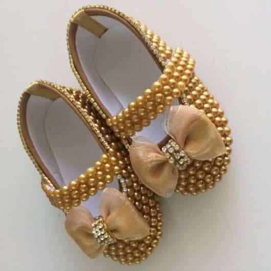 Sapatinho de bebê: Customizado com pérolas douradas
