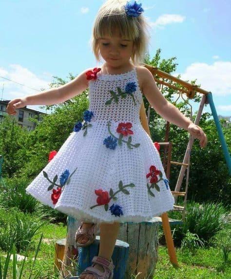 vestido com flores de crochê