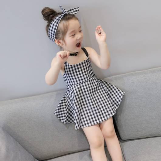 Você pode combinar o vestido preto e branco com a faixa de cabelo