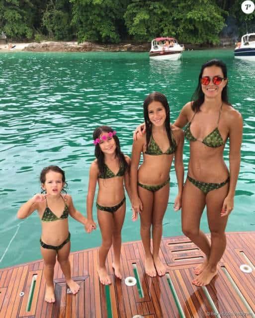 Olha só mãe e filhas com cortininha verde