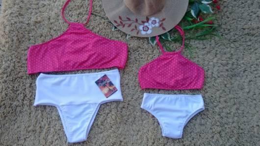 Biquíni rosa e branco com cropped e hot pant