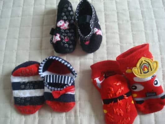 Meias coloridas antiderrapantes para bebês