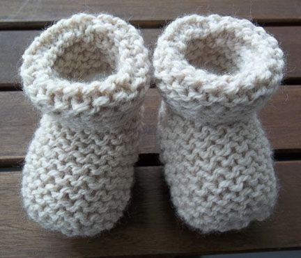 Meia branca de tricô que também serve para passear