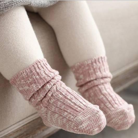 Veja bebê com meia quentinha de tricô