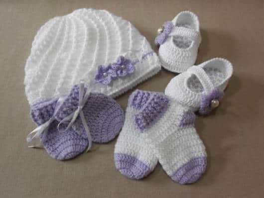 Kit para presentear com touquinha, meia, sapatinho, bem como luvinha de crochê