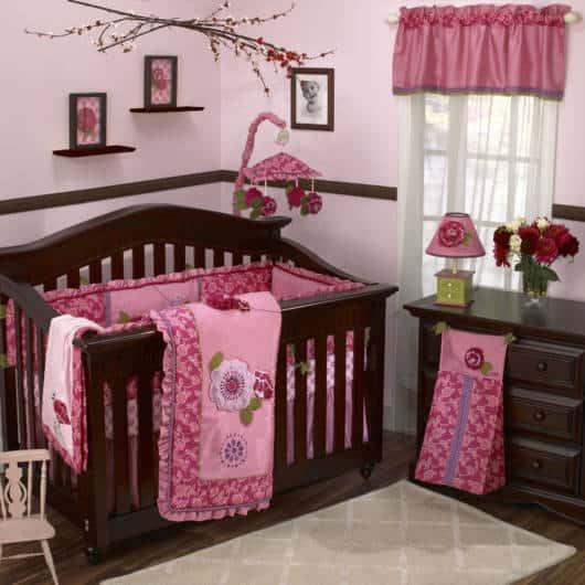 Quarto de bebê rosa e marrom