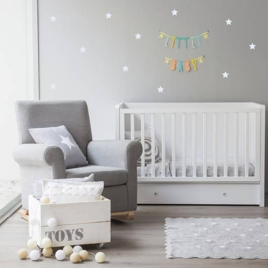 Quarto de bebê cinza e branco