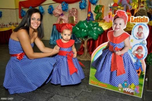 vestido azul e vermelho mãe e filha