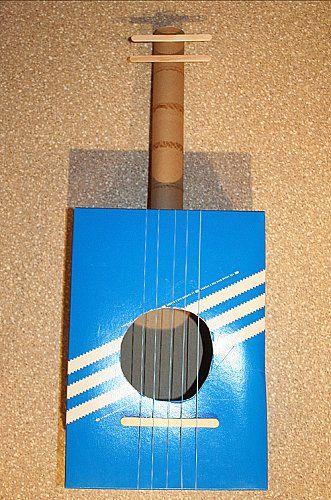 Violão feito com caixa de papel
