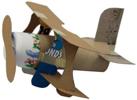 Brinquedo de sucata: avião de papel