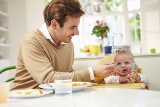 Pai dando papinha para bebê