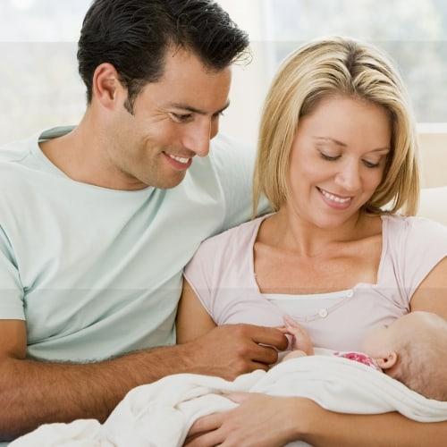 marido e mulher com bebê