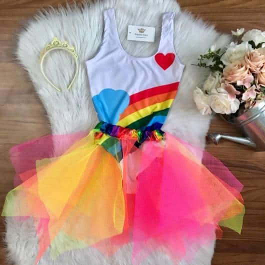 Look arco íris com saia multicolorida