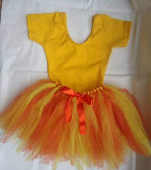 Fantasia linda para Carnaval com saia amarela e laranja