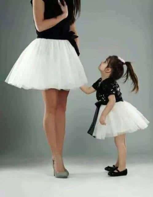 Look tal mãe tal filha com saia de tule branca