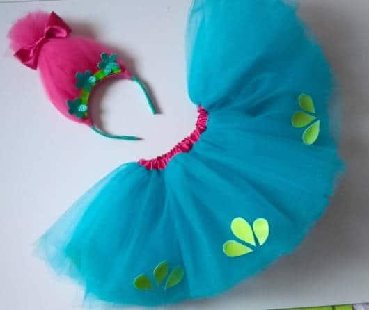 Fantasia com tiara e saia feita com tule azul