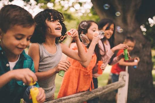 brincadeira ao ar livre bolhas de sabão