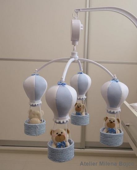móbile azul de balões