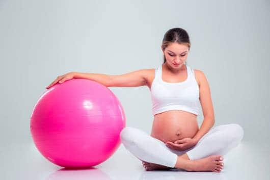 A bola de pilates ajuda muito na prática dos exercícios