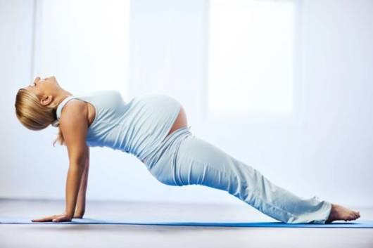 A postura da gestante ganha resistência com o pilates
