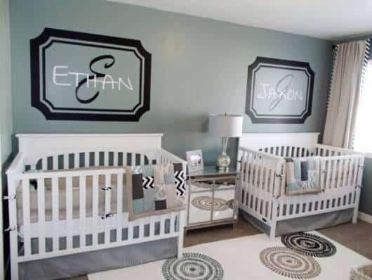 quarto decorado com o nome dos gêmeos