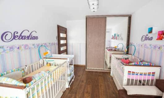 quarto de bebê piso de madeira