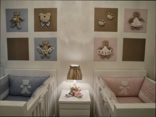 quarto com quadros rosas e azuis