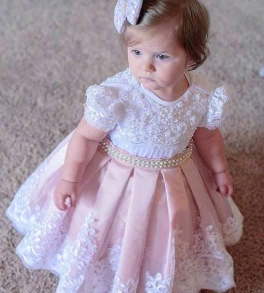 vestido rosa e branco