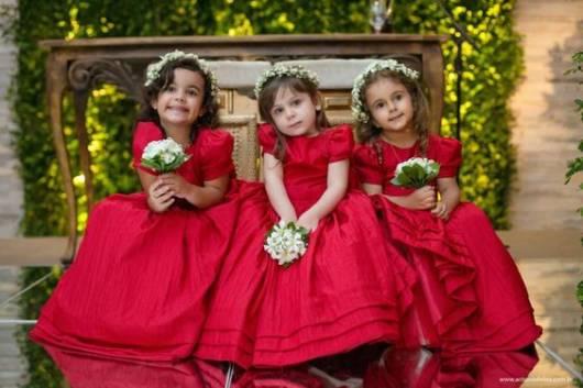 daminha com vestido vermelho