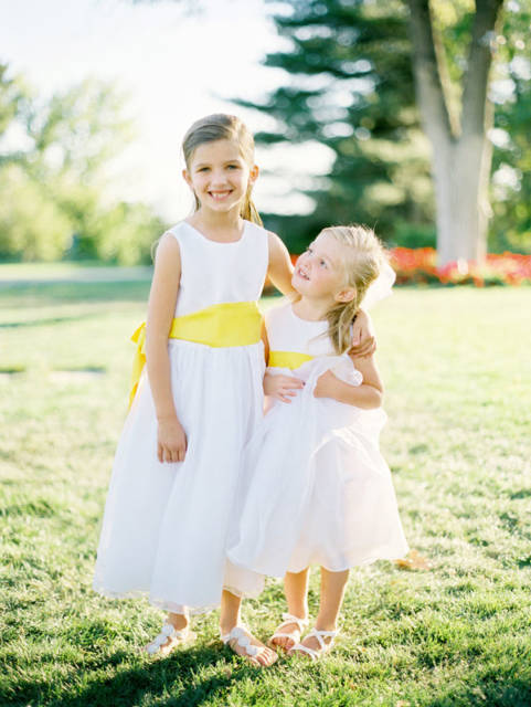 vestido branco e amarelo