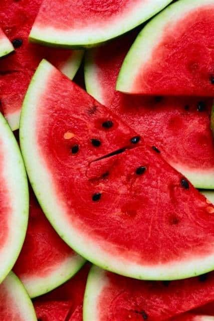 Foto de várias fatias de melancia.