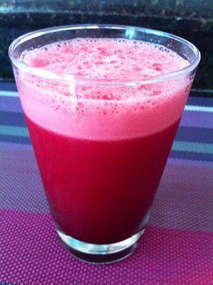 Foto de copo com suco vermelho.