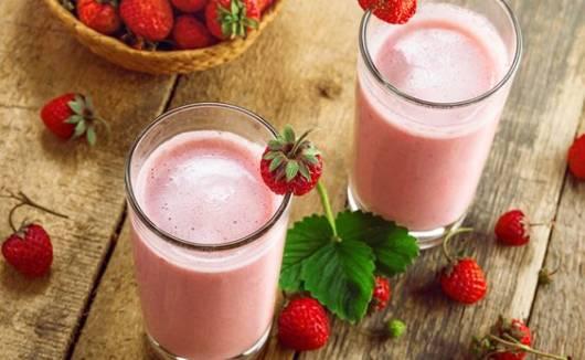 Imagem de copos com vitamina de morango.