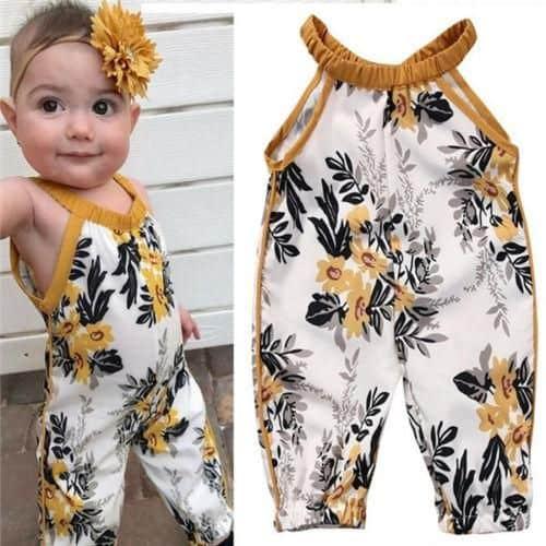 Bebê usando macacão floral.