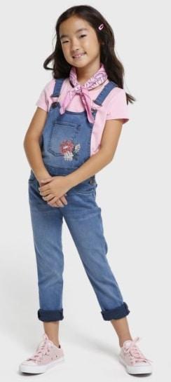 Menina usando macacão longo jeans.