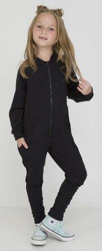 Menina usando macacão preto comprido.