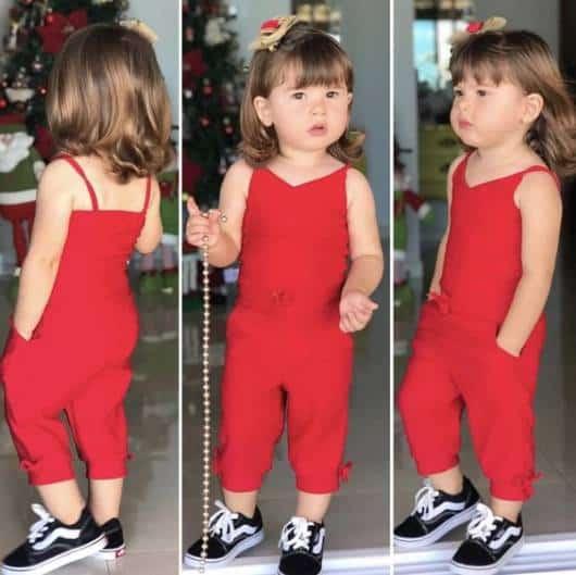 Menina usando macacão vermelho.