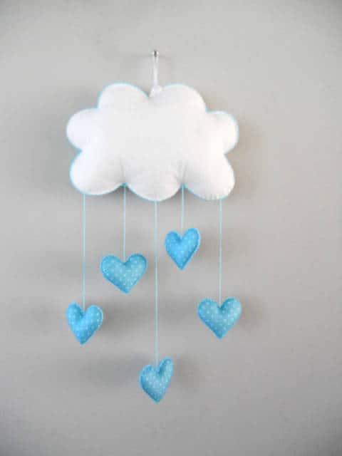 mobile de nuvem com coração azul