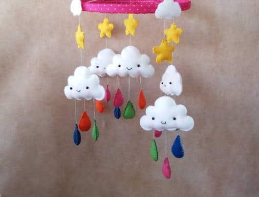 mobile de nuvem com gotinhas de chuva
