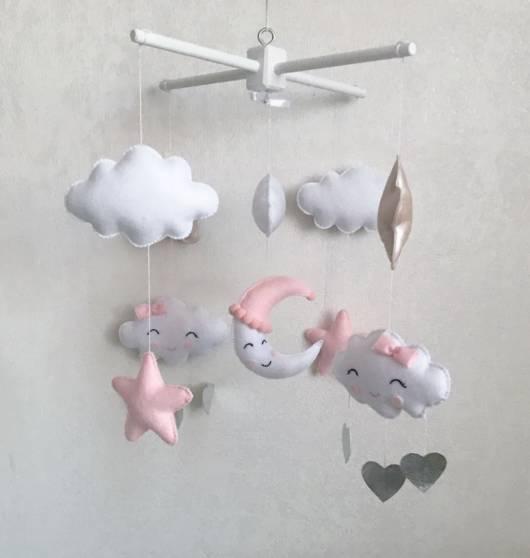 mobile de nuvem de feltro branco e rosa
