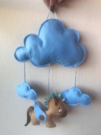 mobile de nuvem azul para quarto de menino