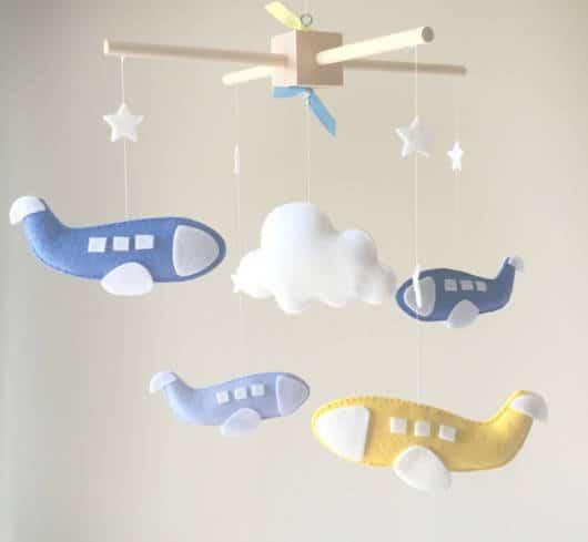 mobile de nuvem com aviões azuis