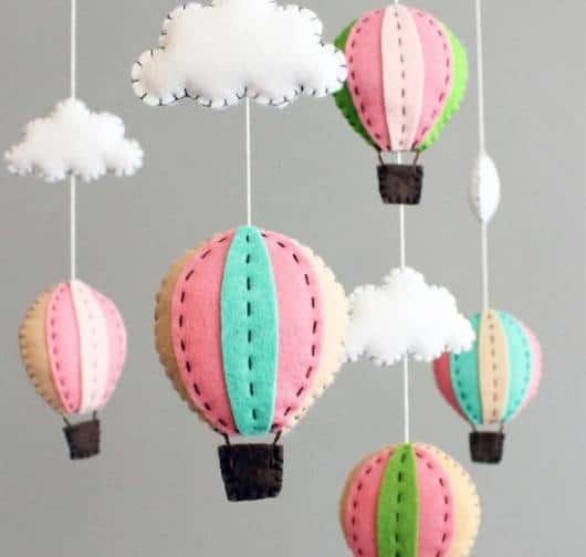 mobile de nuvem com balões coloridos