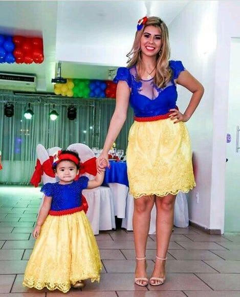 look mãe e filha para festa da Branca de Neve