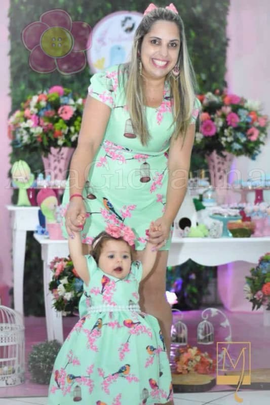 vestido mãe e filha com estampa de jardim encantado