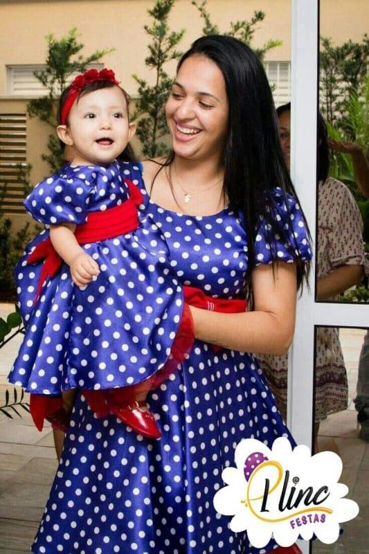 mãe e filha com vestido para festa Galinha Pintadinha