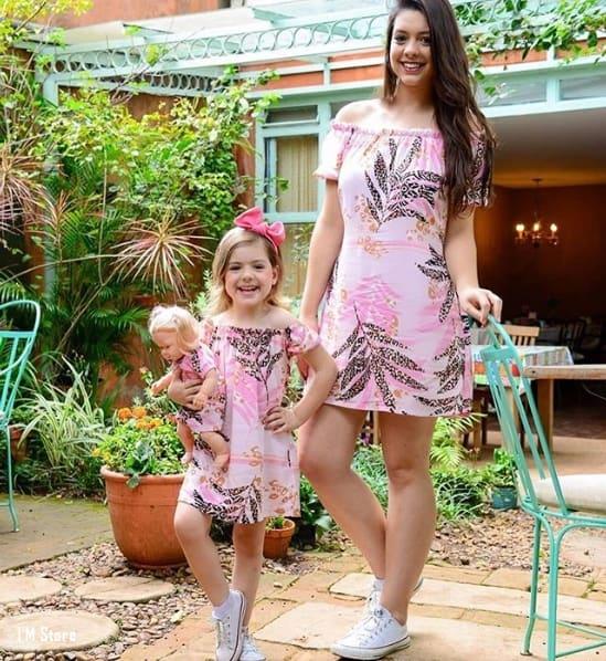 vestido rosa estampado igual para mãe e filha